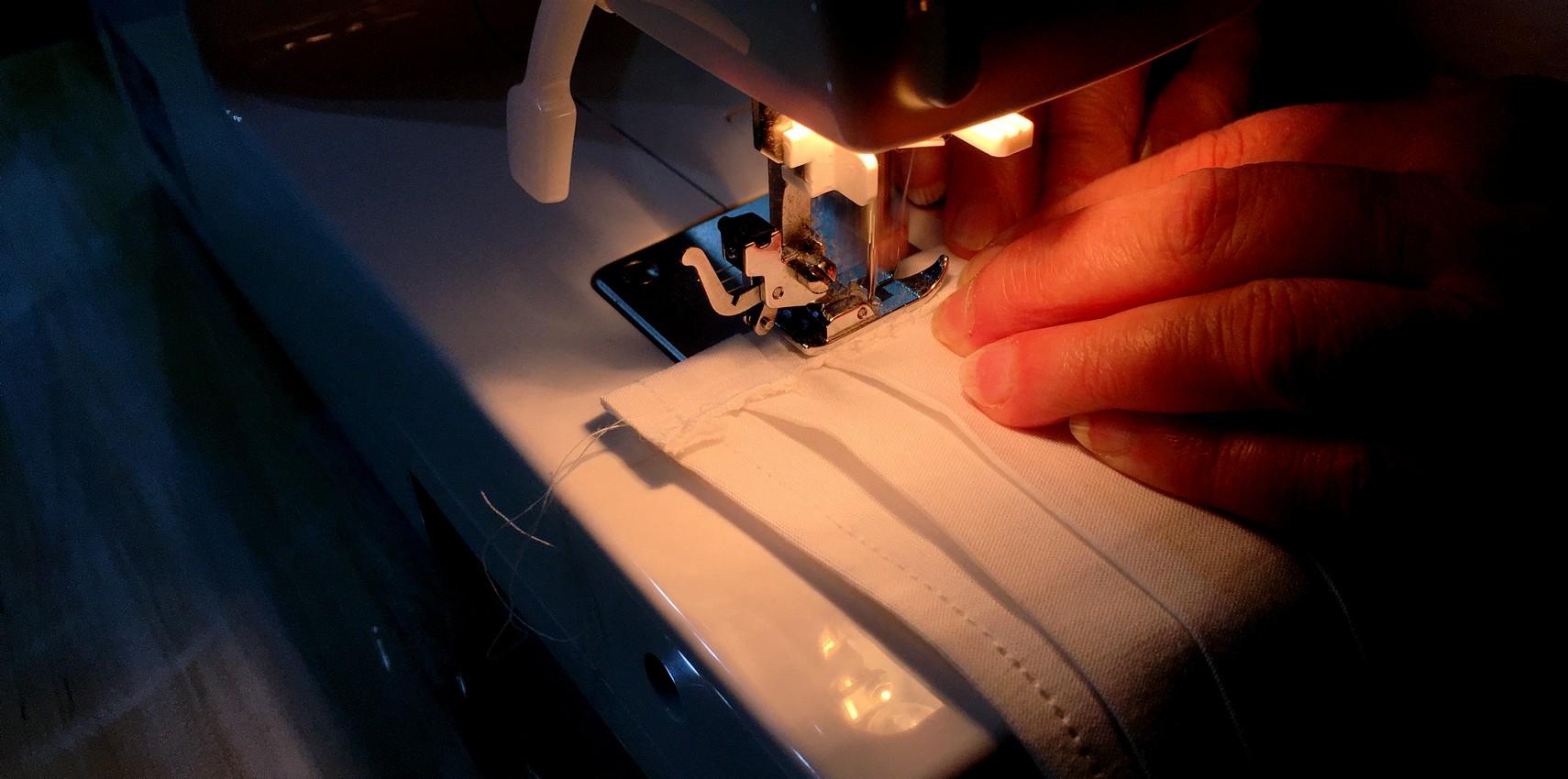 Ako ušiť rúško na šijacom stroji
