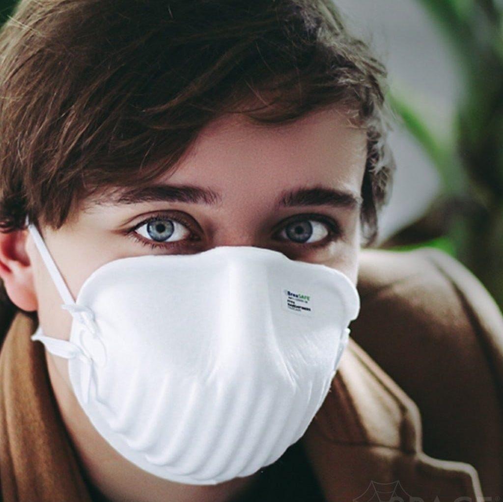 Muž s respirátorom z nanovlákien