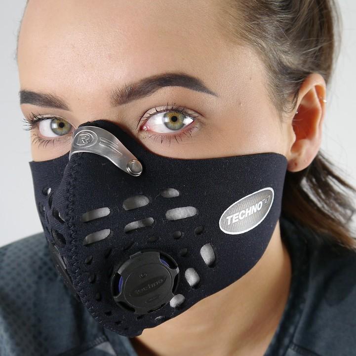 Žena s dizajnovým čiernym respirátorom s výdychovým ventilom