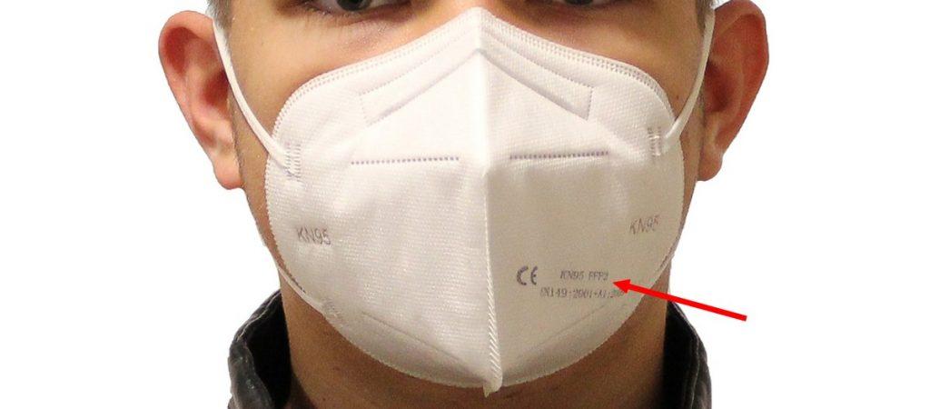Chlapec s respirátorom KN95 / FFP2