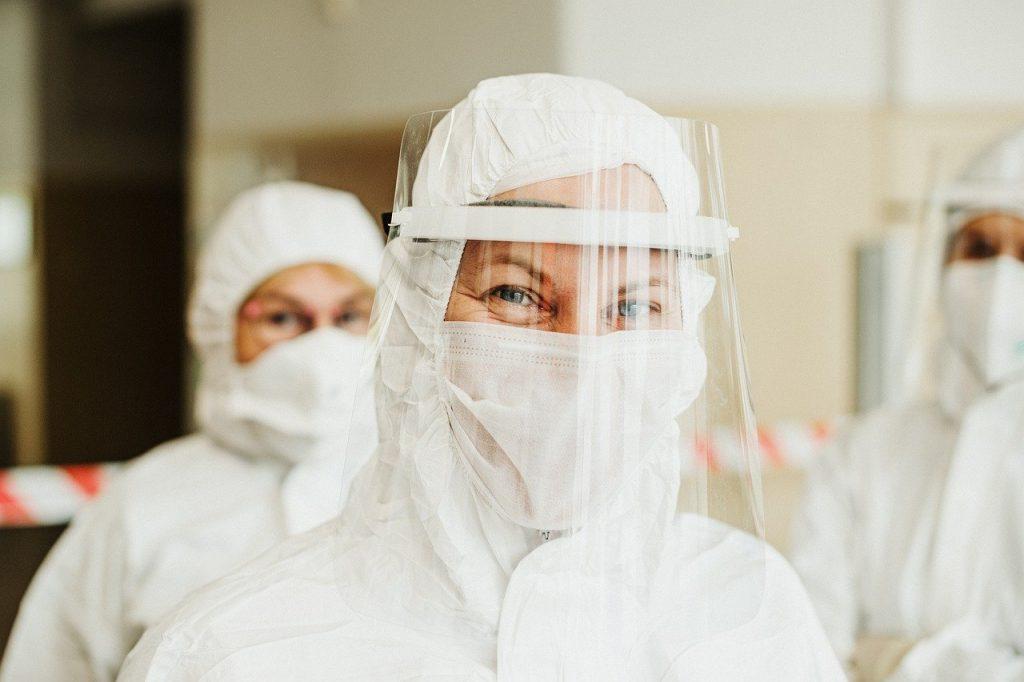 Zdravotníčka v ochrannom obleku s rúškom a ochranným štítom