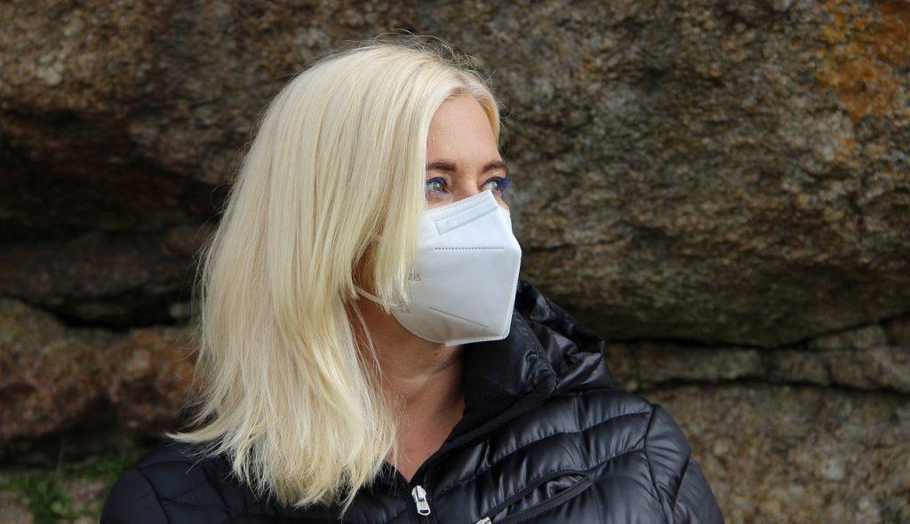 Žena s respirátorom typu KN95