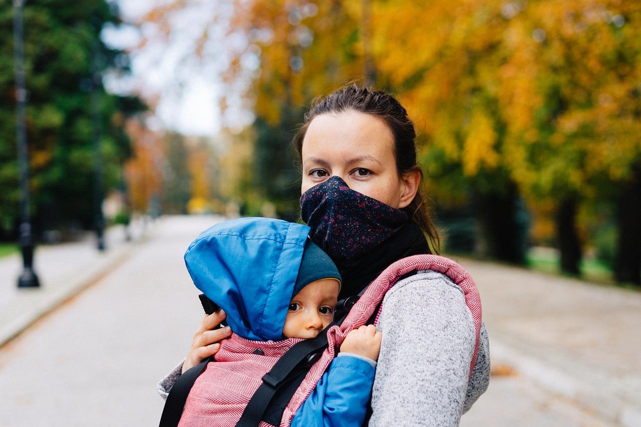 Matka v rúšku s dieťaťom na rukách