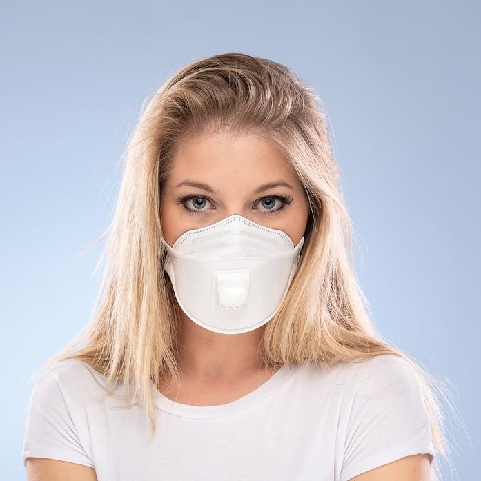 Žena s bielym respirátorom s výdychovým ventilom