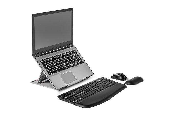 Notebook na podložke, externá klávesnica a myš.