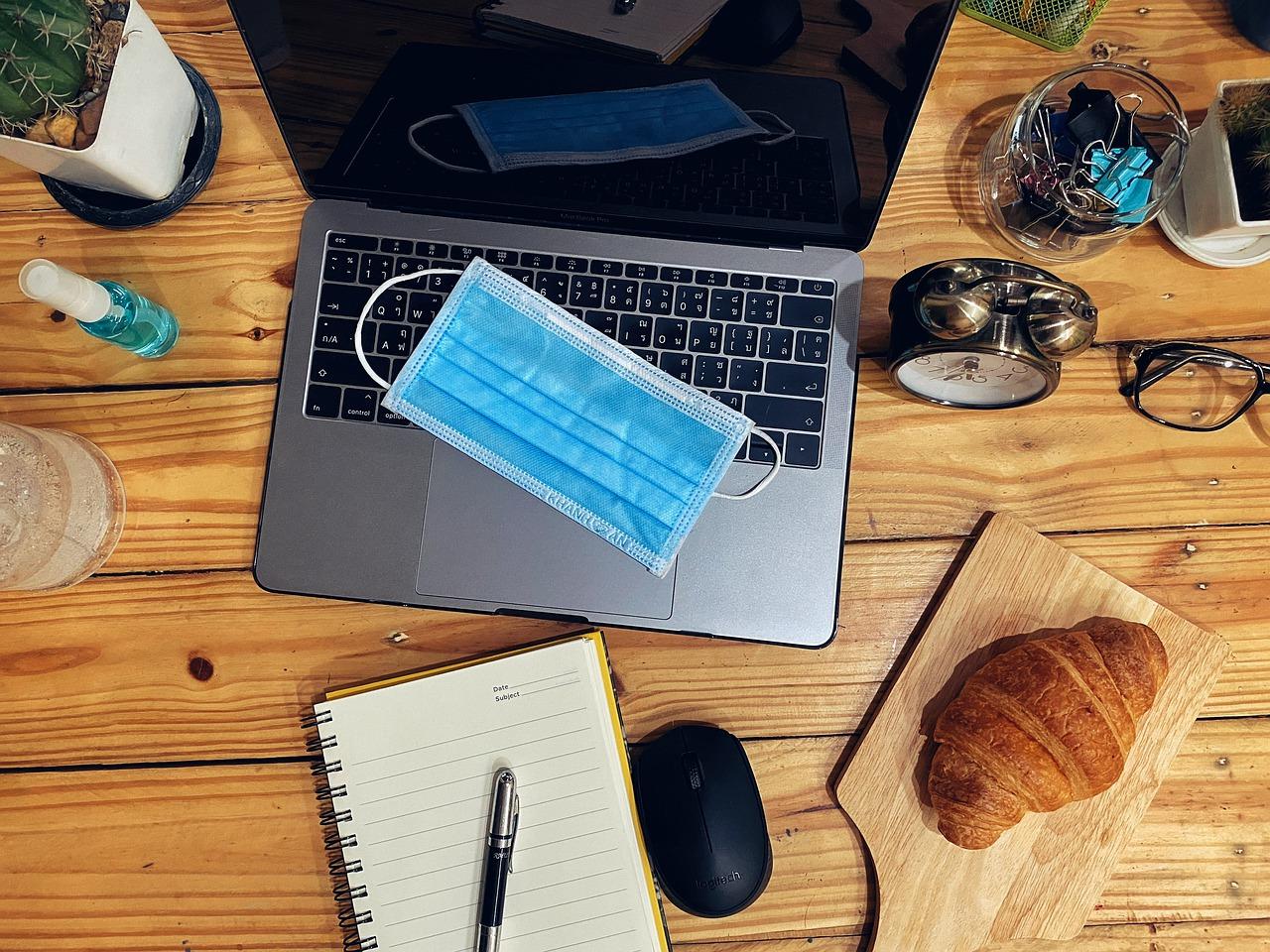 Pracovný stôl pre home office s notebookom, diárom a rúškom