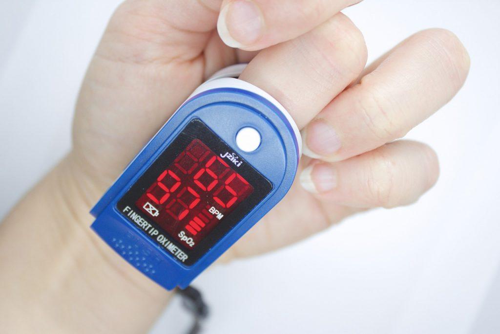 Pulzný oximeter zobrazuje hodnoty saturácie krvi kyslíkom a pulz