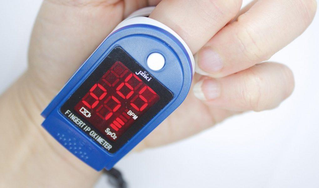 Pulzný oximeter meria saturáciu krvi kyslíkom a pulz
