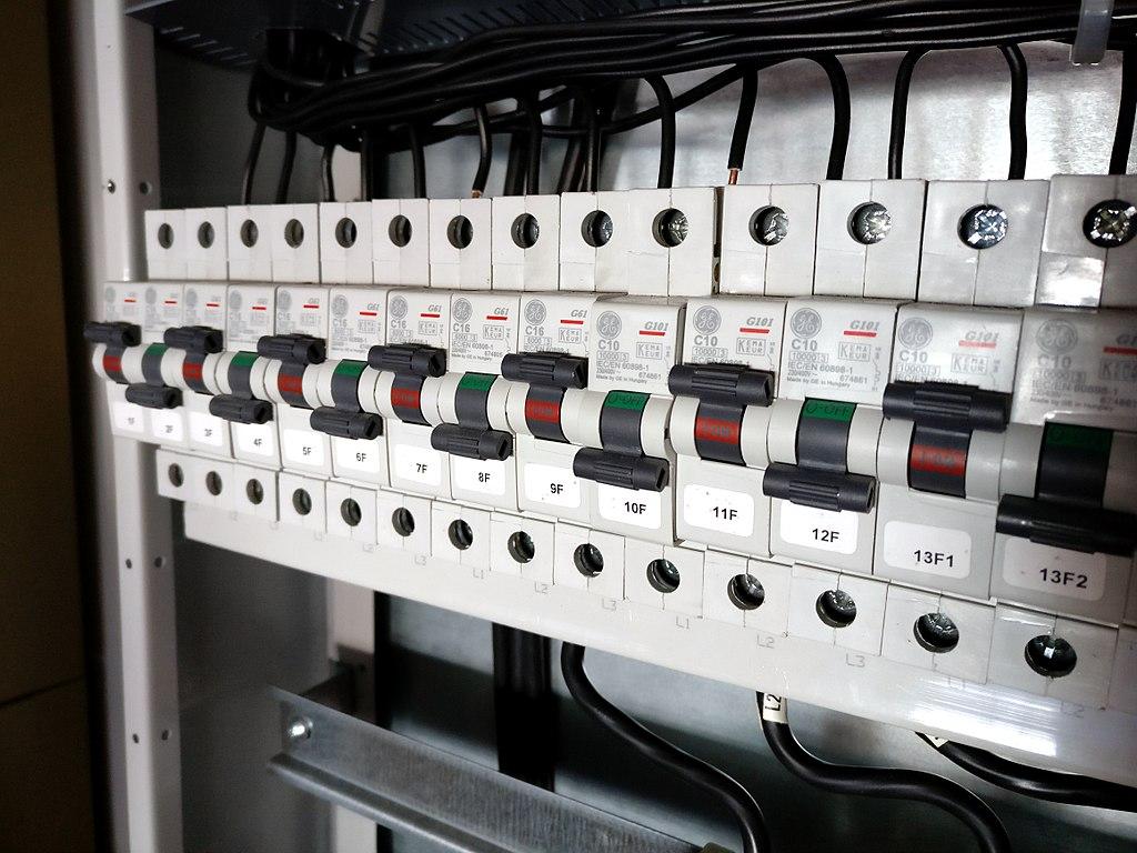 Ističe prepojené prepojovacím hrebeňom v rozvodnej skrini